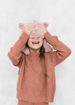 Mooi klein meisje voor haar gezicht
