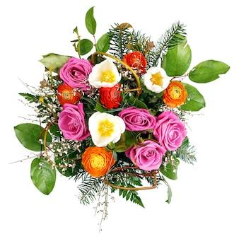 Mooi kleurrijk vers bloemenboeket dat op witte ruimte wordt geïsoleerd