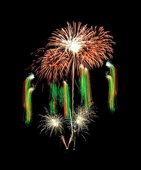 Mooi kleurrijk vuurwerk dat in de nachtelijke hemel explodeert