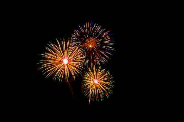Mooi kleurrijk vuurwerk op het zee strand