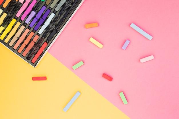 Mooi kunstenaarsconcept met kleurrijk krijt