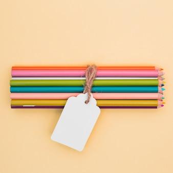 Mooi kunstenaarsconcept met kleurrijke potloden