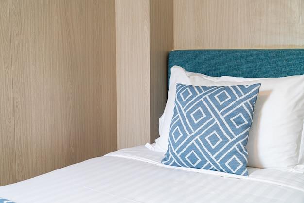 Mooi kussen op bed decoratie kamer interieur