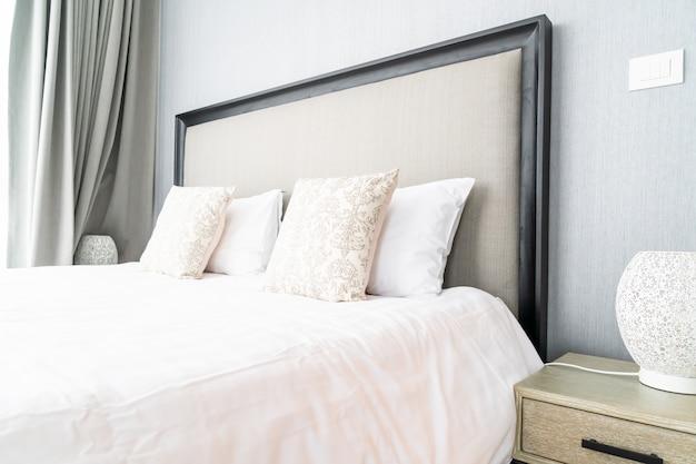 Mooi kussen op beddecoratie in bedruimte