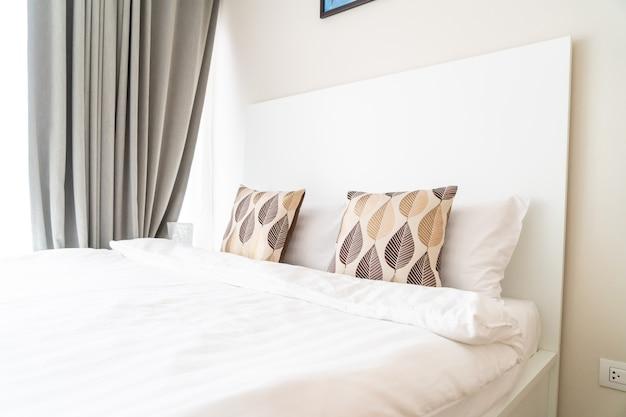 Mooi kussen op beddecoratie in slaapkamer