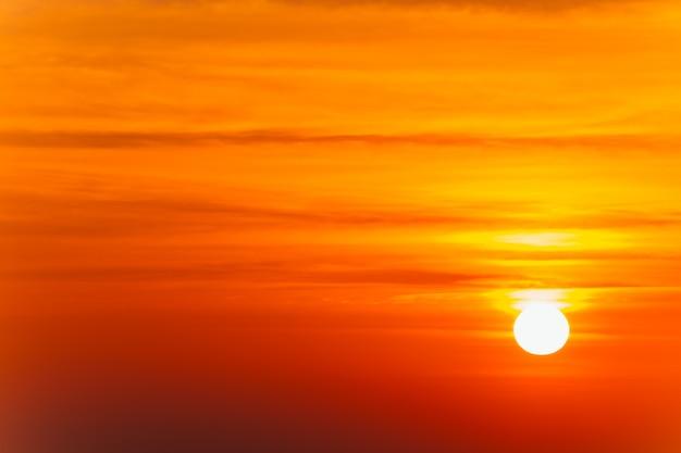 Mooi laaiend zonsonderganglandschap en oranje hemel erboven.