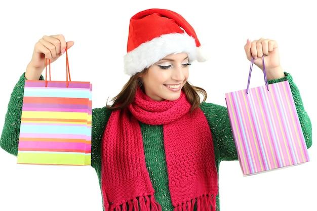 Mooi lachend meisje met cadeauzakjes op wit wordt geïsoleerd