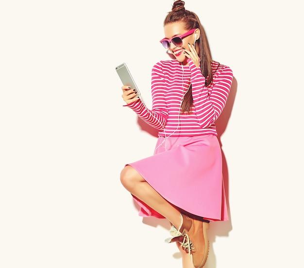 Mooi lachende brunette vrouw meisje in casual hipster roze zomer kleurrijke kleding met rode lippen