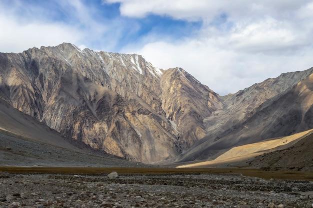Mooi landschap, autumn colorful and himalayas mountains in leh ladakh, noordelijk deel van india