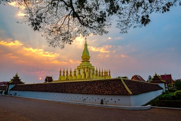 Mooi landschap bij zonsopgang wat phra that luang, vientiane, lao pdr