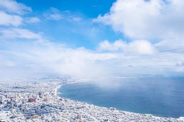Mooi landschap en stadsbeeld van de berg hakodate om rond de skyline van de stad te kijken