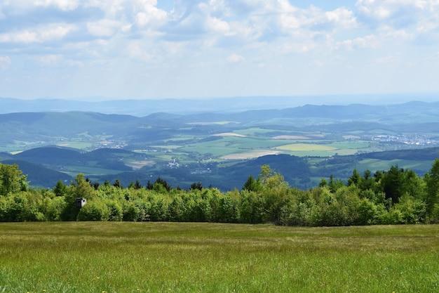 Mooi landschap in de bergen in de zomer. tsjechische republiek - de witte karpaten - europa.