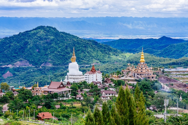 Mooi landschap in wat phra that pha son kaew-tempel in khao kho phetchabun, thailand.