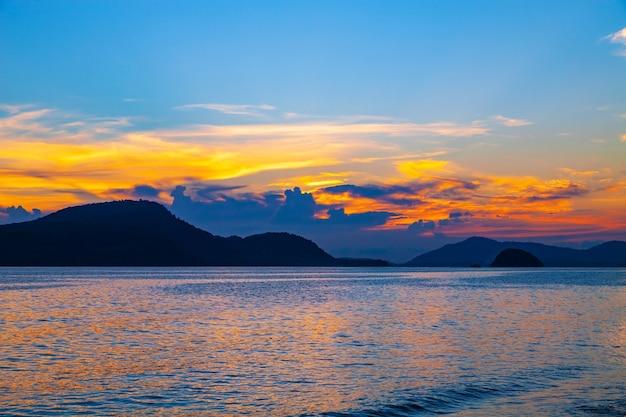 Mooi landschap lange blootstelling van majestueuze wolken aan de hemel zonsondergang of zonsopgang boven zee