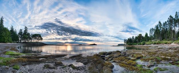 Mooi landschap met bewolkte hemel