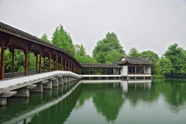 Mooi landschap met bomen en een stenen brug