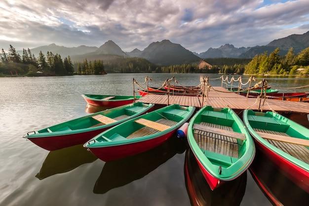 Mooi landschap met boten op een meer omgeven door hoge bergen
