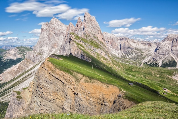 Mooi landschap met de bergen op de achtergrond