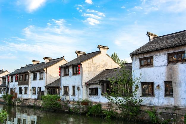 Mooi landschap met oude huizen