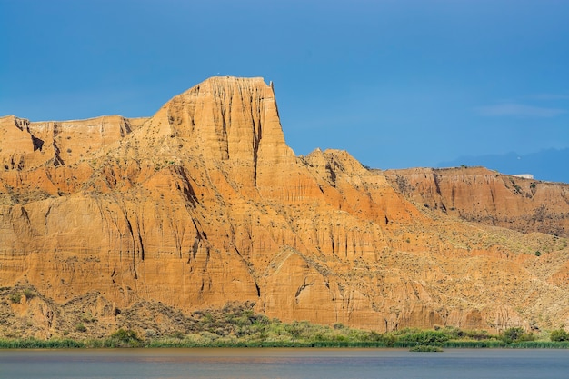 Mooi landschap met rode rotsen en meer in de barrancas de burujon, toledo, spanje
