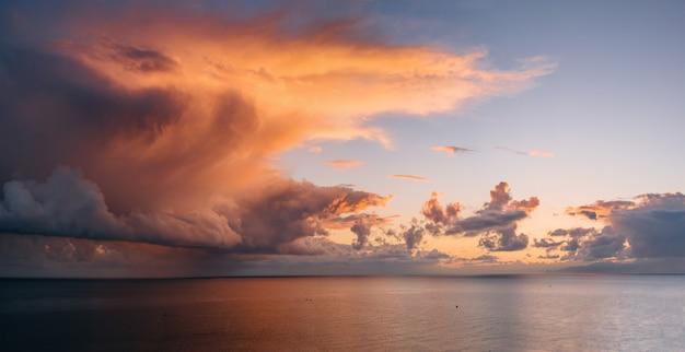Mooi landschap met zonsondergang over zee