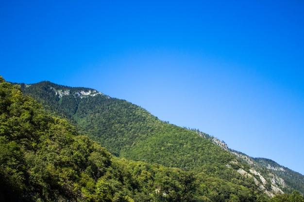 Mooi landschap op berg met mooie hemel