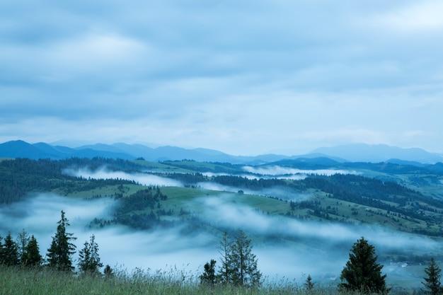 Mooi landschap op berg met wolken aan de hemel