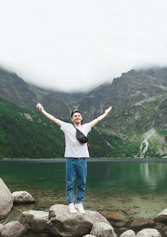 Mooi landschap van berg en meer met man