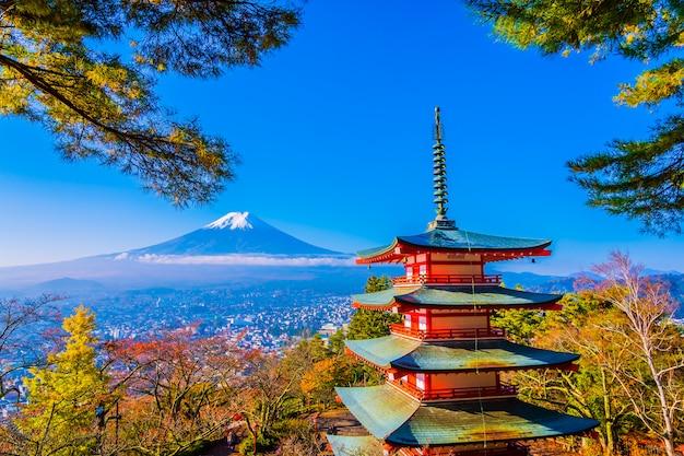 Mooi landschap van berg fuji met chureito pagode rond de boom van het esdoornblad in de herfst