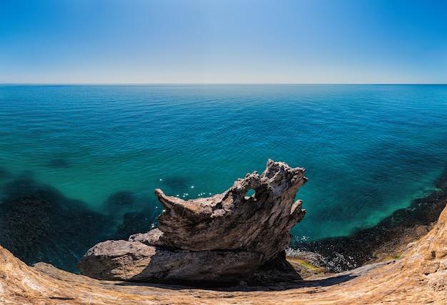 Mooi landschap van blauwe zee