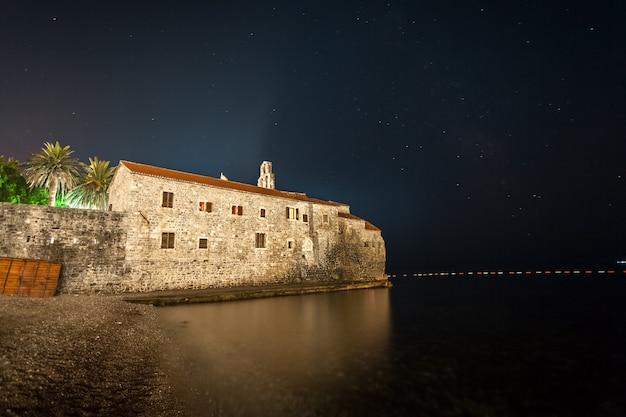 Mooi landschap van budva-vesting bij nacht, montenegro