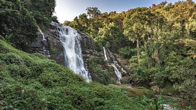 Mooi landschap van cliff creek waterval