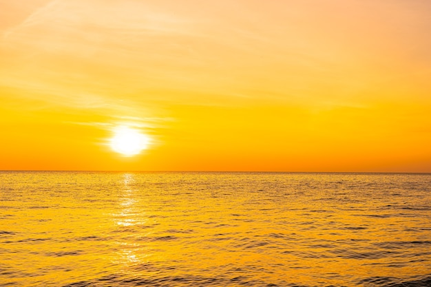 Mooi landschap van de zee bij zonsondergang of zonsopgang