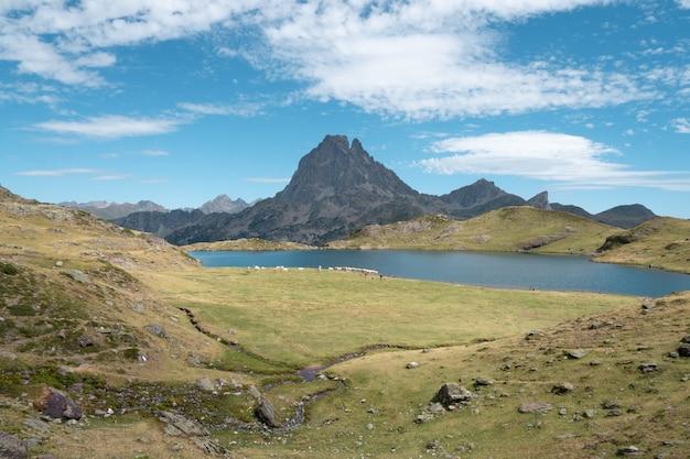 Mooi landschap van een bergachtig landschap onder een bewolkte hemel