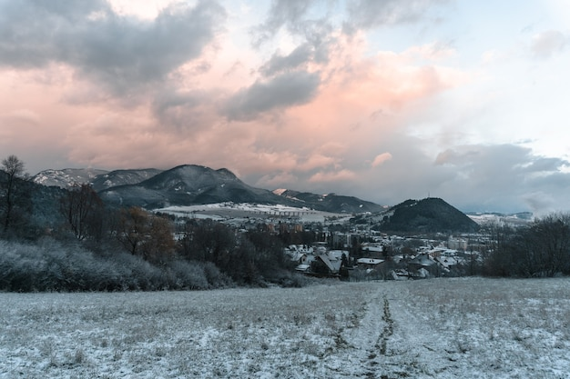 Mooi landschap van een dorp omgeven door hoge rotsachtige bergen in ruzomberok, slowakije
