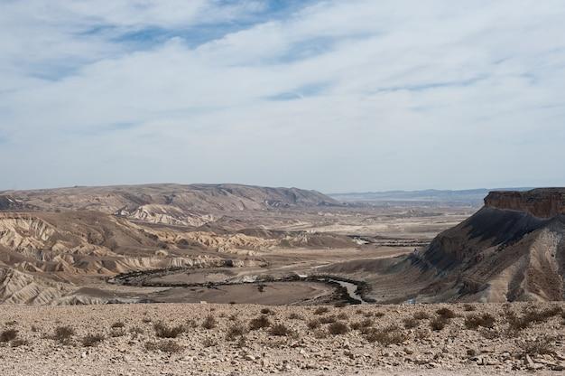 Mooi landschap van een rotsachtig landschap onder een bewolkte en blauwe hemel