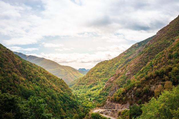Mooi landschap van groene bergen