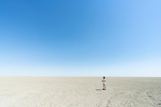 Mooi landschap van het oranje witte zand van het zandduin bij woestijn namib in nationaal park namib-naukluft sossusvlei in namibië.