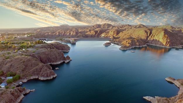 Mooi landschap van meer tussen bergen. neem lucht.
