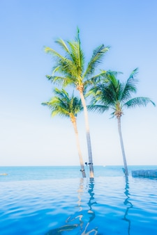 Mooi landschap van openluchtzwembad in hoteltoevlucht