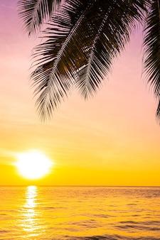Mooi landschap van overzeese oceaan met de palmboom van de silhouetkokosnoot bij zonsondergang of zonsopgang