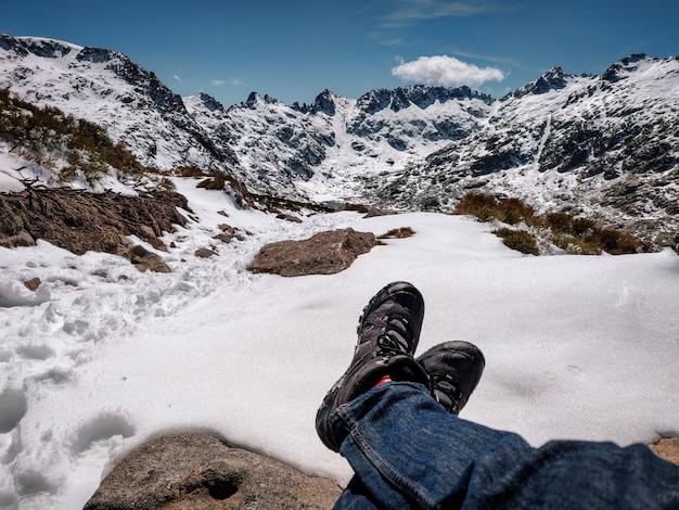 Mooi landschap van rotsachtige besneeuwde bergen op daglicht
