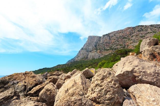 Mooi landschap van rotsen, zee en blauwe lucht