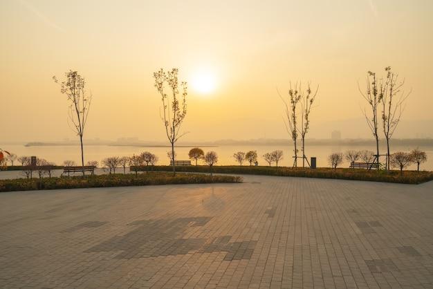 Mooi landschap van taiyuan jinyang-meer bij zonsondergang