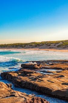 Mooi landschap van water dat de rotsen en klippen in de zee raakt