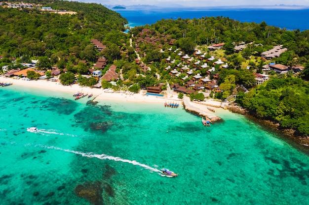 Mooi landschapphi phi eilandhoogseizoen en toevlucht in thailand