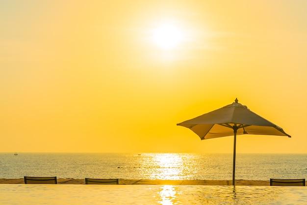Mooi landschaps openlucht zwembad met paraplu en ligstoel in hoteltoevlucht voor ontspanningstra