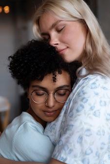 Mooi lesbisch koppel dat aanhankelijk is thuis