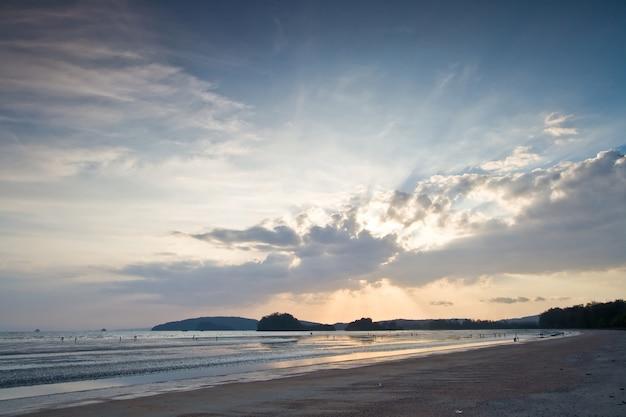 Mooi licht door de wolk op zonsondergang bij krabi-strand, dichtbij phiket thailand