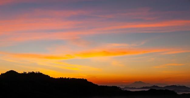 Mooi licht zonsopgang of zonsondergang landschap natuur uitzicht dramatische hemel kleurrijke wolken boven de berg in de ochtend.